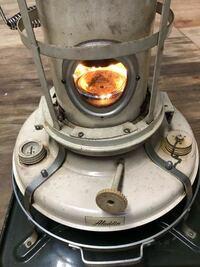アラジンストーブなのですがいくら掃除しても青い炎がでません。芯も新品に替えエアーでホコリを飛ばし真鍮のブラシでゴシゴシもしました。灯油をきれいです。アドバイスよろしくお願いします。 どーしたら綺麗な...