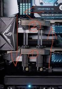 本格水冷のGPU水冷ブロックについて質問があります。 画像のSLIなのですが「粗くてすみません。」  矢印の方向にクーラントは進んでいると思うのですが、1番から2番まで行くのに直接パイプ が繋がっているので1番のGPUにはクーラントが行きにくいのでは?と感じます。  EKWBの説明書には片方ずつ閉じてと書いてありました。  クーラントが行きにくいのであれば このつなぎ方はやめよう...