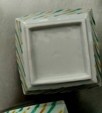 こちらの窯元もしくは作家さん、分かりますか? 有田焼との事でしたが、九谷焼のようにも見える色合いの小鉢です。 横長の山のような字に右上に点があるような感じです。 (この向きで合って いるか分かりませんが…)