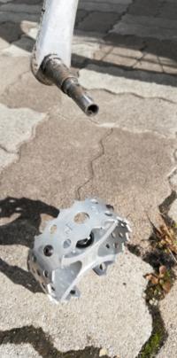 マウンテンバイク ペダル ネジ 紛失 CURUPI のペダルです。 マウンテンバイクで山道漕いでましたら、ガクン!となりました。?と見たらネジが失くなり、ペダルが、取れました( ;∀;) 探したけど見つからず。 情...