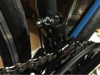 ロードバイクのギアについて質問です。 ギアチェンジしたらチェーンが外れてしまい、チェーンは歯車に入ったのですが、ガイドプレート?の隙間の調整方法がわかりません。教えてください!