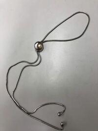 このアクセサリー、ネックレスはなんていう名前のアクセサリーですか?