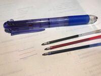 この3色ボールペンのメーカー、現在も発売しているのかを教えてください(*_*) (中のインクをよく見るとsailorと書いてます)  もしくは、ペン先が細くて、新品なのにカサカサしているようなインクが出るボール...