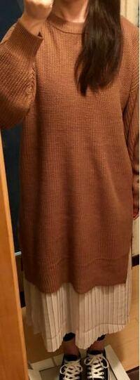 ブラウンニットワンピにプリーツスカートがセットのものを着ようと思っているのですがアウターを悩んでいます。気温は20度前後なのでデニムジャケット又はカーキブルゾンしような悩んでいます。 皆さんからこのコーデに何を合わせていますか? また重だるい印象があるかなと思うのですがベルトなどワンポイントある方がいいですか?その場合どんなベルトがいいですか? アドバイスお願い致します。