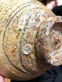 焼き物の作家さんをご存知の方がいらっしゃいましたら教えてくださいませんでしょうか? 「宏」と陶印がある伊羅保茶碗です。ずいぶん検索したのですが…  毎年姫路の陶器市に出展されていて知ったのですが、確か...