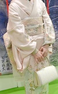 友人の結婚式に訪問着で行きたいのですが、 場違いではないか不安です。  訪問着が薄い桃色で一見白です。 結婚式では目立つのでダメですか? また、目立つ場合、ショールなど 羽織った方 がいいですか? ...