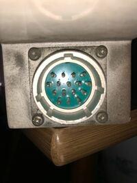電気関係の質問です。このような差し込み口?はどのようなものを使えば電気が通りますか?(西武9000系の非常通報器です。改造は自己責任でやっています。)御回答宜しくお願い致します。