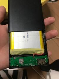 充電バッテリーが画像のように動いて中身見えちゃう状態になっちゃうんですけど爆発とかの問題はないでしょうか? 中身をいじくらなければ特に問題はないでしょうか?