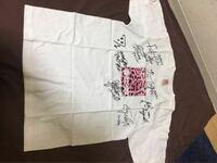 NMB48の人気オリジナルメンバーの直筆サインの入ったTシャツですが、いくらぐらいの価値があると思いますか? ずっも袋に入れて保存しておりました。  友人が手放そうかと迷っているようです。