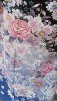 和服の柄に詳しい方に質問です。 成人式での振袖と合わせる髪飾りについて悩んでいます。振袖の柄と同じ花の髪飾りをつけようと思っているのですが、大きな牡丹以外の花の名前がわかりません。 何の花でしょうか。