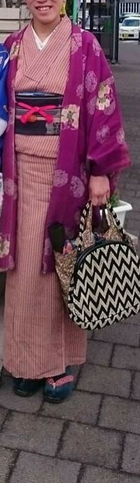 着物の時に、下駄を履きますか?  写真のかたは、緑色の足袋を履いていると思いますか?