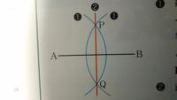 垂直二等分線について。 写真のように、線分ABと垂直二等分線との中点の角度が直角になる理由を教えて下さい。 ご回答宜しくお願いします。
