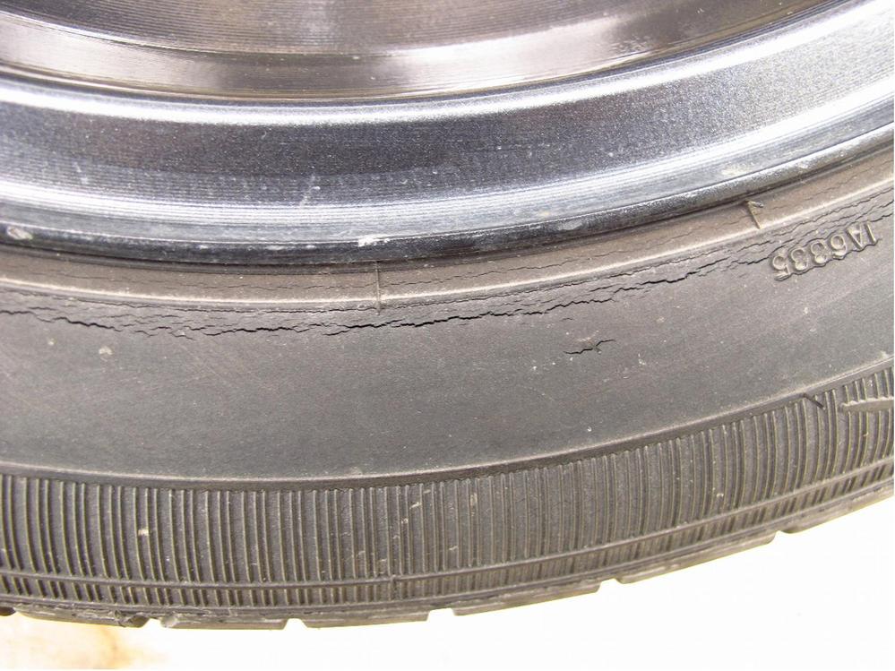 タイヤの寿命について 冬場に備えてスタッドレスタイヤに交換しました。 外した夏用タイヤを洗っ...