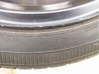 タイヤの寿命について  冬場に備えてスタッドレスタイヤに交換しました。 外した夏用タイヤを洗ってて気がついたのですが側面にヒビ割れがあります。 スタッドレスはヒビ割れは見当たりませんでしたので当面は...