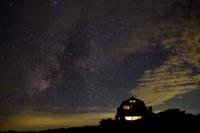 星空が好きな方へ。  雲ノ平というところで撮った写真なのですが、一番有名な星座を線で結んでもらえませんか? 全然星座わからないので。。