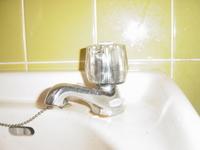 蛇口とホースを接続するアダプターについて教えてください  トイレの掃除の際、添付写真にホースを差し込んで水を流すのですが、蛇口にホースが、なかなか接続出来ず、水圧を強めるとホーズが外れます。 蛇口とホースを接続するアダプター等を使えば良いのでしょうか? この蛇口に合うアダプターは、どれになるのでしょうか? アダプター以外を使う方法はあるのでしょうか?