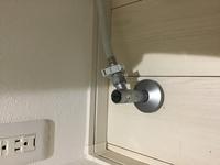 【緊急】トイレの止水栓について。ウォシュレットを付けようと思ってトイレの止水栓を閉めようとしたところ、画像のような形状になっておりどうやって締めたらいいかわかりません。 どうやったら止水栓を締められるか教えてください!