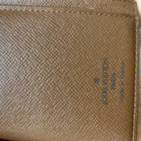 ヴィトンや偽物に詳しい方 先ほど(下記URL)ご質問させていただきましたが、ヴィトンの財布の1番私が怪しいなと思う点が、内側の茶色生地です。 私が持っている正規品のヴィトンバッグでは、内 側の茶色生地は凹凸の部分が黒っぽく艶がある感じになっています。 一方でこの度メルカリで購入したヴィトンの財布は、内側の茶色生地に艶のようなものはありません。 確かに、使用感があまりない綺麗な財布を購...