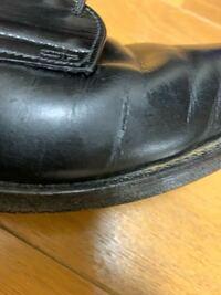 中古の革靴を購入したのですが、皺部分が破れていました。やすりで削ったりアドベースで埋めたりすれば治りますか?
