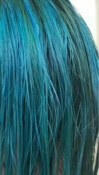 さっき買ってきたマニパニのバッドボーイブルーで髪を染めたら若干緑寄りになってしまいました。 その上からショッキングブルーいれたら青になりますか?色が落ちるまで待った方がいいですか?