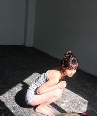 西野七瀬ちゃんのオフショット写真ですがこれは何かの雑誌のオフショットですか?この格好で出てる雑誌ありますか?