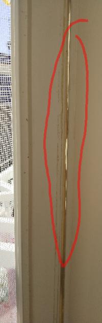 網戸を閉めても網戸の端についてるゴムがボロくなってて、すき間ができてしまいます。 このゴムはなんという名前でどこで手にはいるのか、分かる方、教えて下さいませ。  自分で交換を考えてます。ちなみに戸車調整はできます。