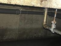 床下収納の基礎コンクリートから水道配管の水が滲み垂れています。配管がコンクリートに噛ませて打設されているのでどこから漏れているかわかりません 削岩機でコンクリートをはつって確認しようとおもいますが床上を剥がしてからがいいでしょうか? コンクリートは厚さ10センチほどです
