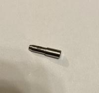 30年くらい前に購入したブラザーのミシン Tendy-Ⅱで縫っていたら、小さな部品が落ちてきました。長さは1cmでした。 落ちてきた後も、残りの1mくらいは縫うことができました。  この部品は 自分で直せるでしょうか?