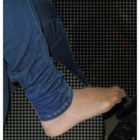 ジーンズの下にもストッキングを穿きますか?  女性に質問です。 ジーンズは素足に穿くイメージがありますが、ジーンズの下にパンティストッキングを穿きますか?、冬はアリだと思うのですが 、蒸れそうな夏に穿くのでしょうか?(^.^)