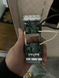 スイッチの配線について質問です。 上のスイッチはランプ付きの換気専用スイッチで、下が洗面室の照明用のスイッチです。 換気扇用のスイッチの四箇所ともに配線が接続されている理由がわかりません。誰かわかる方がお られましたら、わかりやすく説明して頂けませんでしょうか。 よろしくお願いします。