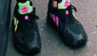 靴の詳しい方に質問させていただきます。 多分、アディダスの靴だとは思うのですが この写真の靴の品番や名前を教えて頂きたいです。 よろしくお願いいたします。