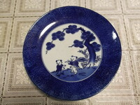 大皿の窯元や作家名等の情報を教えてください。 皿の直径は約29cmで、童子二人とお目出たい松の図柄が中央に描かれています。 裏は蛸唐草紋様が全周に描かれています。