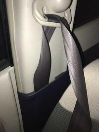 シートベルトについて教えてください! 根元からねじれてるのを治したいです。 今現在シートベルト長いままで短くもどらないです。これはもう車屋にもっていくしかないでしょうか? ホンダの軽のってます。