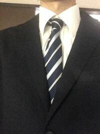 スーツとネクタイの色が同系色なのはおかしいでしょうか? おかしいのでしたら、どんな色がおすすめでしょうか?よろしくお願いいたします。