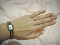 プラチナの結婚指輪とピンクゴールドの腕時計の色が違いちぐはぐな気がするのですが、どちらも気に入っており着け心地も良いためこのまま使い続けたいです。 腕時計はピンクゴールドですがあま りピンクっぽくなくブロンズのような色です。 耳や首周りのアクセサリーは滅多に着けません。 腕時計の色に近いリングを探して結婚指輪と重ね付けしようかと思うのですが、この結婚指輪に重ねるなら石がぐるっと付いたエ...