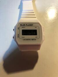 100均で買った腕時計で、入試のために持って行くんですが、ちょいちょい英文字書いてあるんですが大丈夫でしょうか?