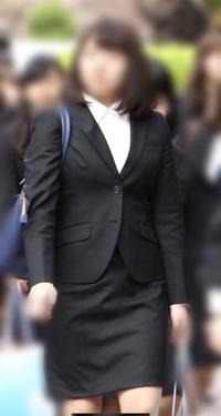 春から武庫川女子大学に通うことになったのですが、このような制服があります。  見た感じ普通のスーツと変わらないのですが、市販の同じようなスーツを買ってもバレないと思いますか?  自 分で採算して送るため差異があると思いますし、ジャケットとスカートだけで32000円します。  入学式と入学してからの数日間、卒業式、その他儀式しか使わないみたいです。