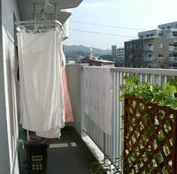 屋根付きベランダ 雨で洗濯物干しますか?  スポーツクラブの周りが集合住宅でよく見えるのですが朝から結構激しい雨の時でも洗濯物がベランダに出てる世帯が多くてビックリします。  自分 ならポツリとでも...