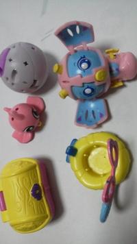球体が刺激でポンと開くと可愛いロボットの様なキャラクターが出てくるこの商品名を教えて下さい。リサイクルショップで見つけて名前も分からないので。