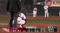 プロ野球で数年前ぐらいまでは、写真のように、ピッチャー交代の時にピッチングコーチが投球練習を後ろから見ていましたが、最近は投球練習時にはピッチングコーチはベンチに戻っています。いつから今のルールになっ たのですか?