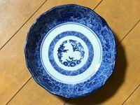 以前に陶器の刻印について質問をさせていただきましたが、今回また別の陶器が出てきましたので質問します。 只今実家の整理をしていますが、次々と陶器が土蔵から出てきました。  前回の質問では、有田焼のお皿ということで回答をいただきました。  今回出てきましたこちらのお皿(直径17㌢で、重さは308gです)も有田焼のお皿なのでしょうか?  詳しい方、回答何卒よろしくお願いします。