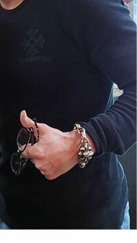 シルバーアクセサリーについて。こちらの方が腕にしてるブレスレット?時計?はどこのブランドかお分かりの方いらっしゃったら回答よろしくお願いします。 シルバーアクセ クロムハーツ A&G
