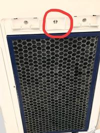 シャープの加湿空気清浄機のKC-H500Yを使用しています。 お掃除ランプがついたので掃除していたところ、誤って掃除機で背面に付いている部品を吸い込んでしまいました。 掃除機のゴミを全部だ して取ろうとしま...
