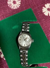 初めてアンティークの腕時計の購入を検討しています。ふだんはSEIKOやシチズン、ファッションウォッチ、親からもらったカルティエの腕時計を使っています。先日画像の時計をアンティークウォッチ専門店で見かけて...