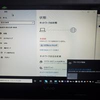 Windows7からアップデートしてWindows10にしたんですけど有線LANを付けているのにWiFiどころかインターネットにも繋がりません。 ネットワークが無いと出て機内モードにのままで、利用出来るネ ットワークの表示をクリックしてもブロードバンド接続しか出てこなくて困ってます。 調べてもなぜこのようになってるのか分からずじまいです……。