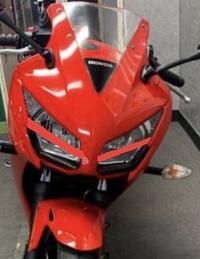 バイクのカスタムについて質問します。  この画像の様にライトの所にカッティングシートを貼った場合違反になりますか…?