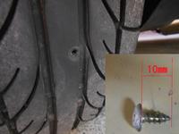 タイヤに木ねじが刺さってました。 タイヤはPOTENZA GⅢ 165/60/12で8~9部山です。写真のように10㎜の木ねじです。抜いたら空気は抜けなかったです。 タイヤの一番厚みがある所だと思いますがゴム厚は何㎜あるものでしょうか?  その厚みによっては様子を見るか交換するか考えたいと思います。