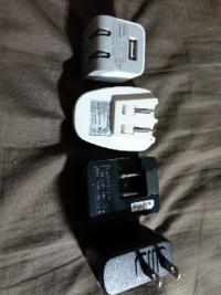 電源コンセントからUSBポートに充電するためのアダプタが、スマホ用やら、ポータブル充電器用やら、ゴロゴロしています。 これらは汎用性がありますか? 整理してどれか捨てても、他の機器に流用できますか?  なお世代により出力は0.5アンペアから1.0アンペアまで様々です。  最近はダイソーでも2.0アンペアの出力アダプタが売られていますが、いっそのこと、そちらに変えて、これらは全部廃棄でもよいで...
