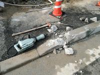 至急!車道歩道縁石切り下げ工事で、縁石固くて削れません。普通はユンボで掘りおこして車両通行用の低い縁石を入れ替えするらしいのですが、無理なので削って均します。 道路占用の許可(道路法第32条)道路工事施行承認申請(道路法第24条)許可、2500円かけて取りました。 駐車場出入口、縁石6個切り下げから+4個削って10個、6mの車両出入口を作ります  両面歩車道境界ブロック、台形で上辺18...