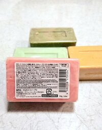 マルセイユ石鹸と言うのを最近ダイソーで買ったのですが、ダイソーのマルセイユ石鹸は本当に良いものなのでしょうか? またマルセイユ石鹸と、日本の石鹸どちらが良い石鹸なのでしょうか? 教 えて下さい!